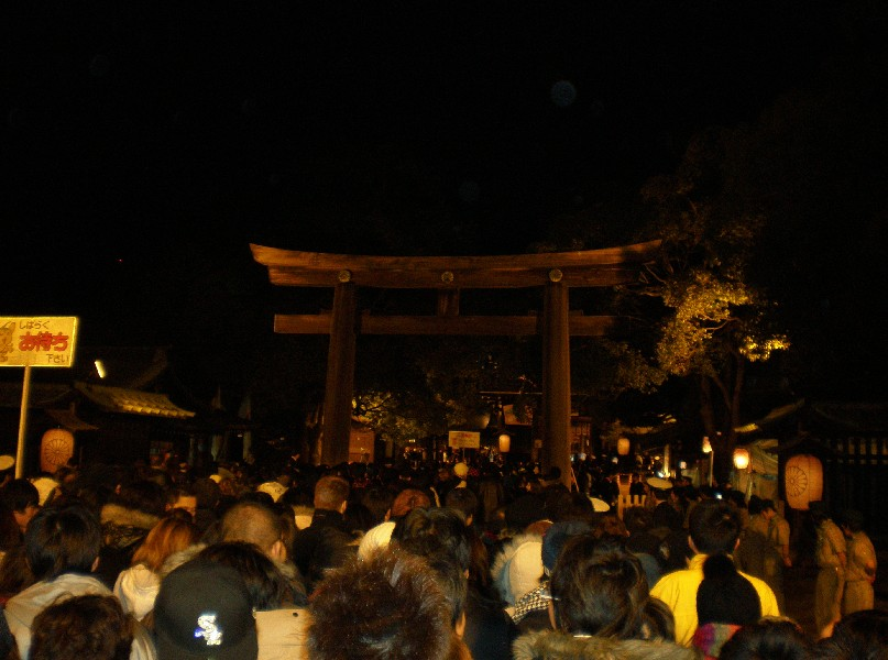 Quelle: http://commons.wikimedia.org/wiki/File:Meiji_Shrine_Sando_and_Torii_New_Year_Worship.jpg