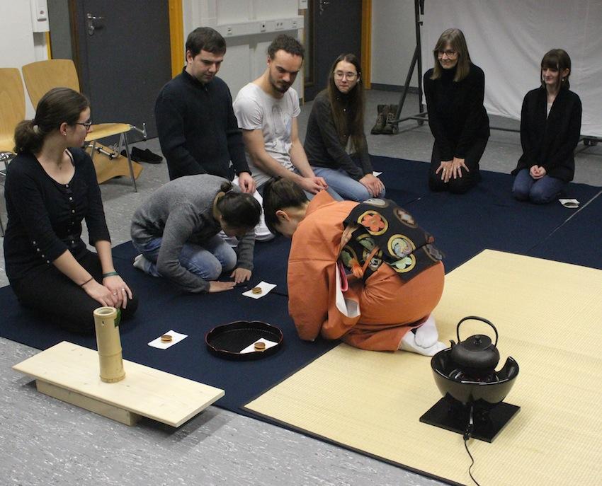 Die Studierenden erfuhren, wie sie sich als Gäste in der Teezeremonie verhalten können