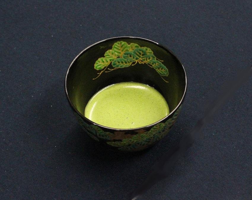 Bitter und belebend: So sieht eine frisch zubereitete Schale Matcha aus