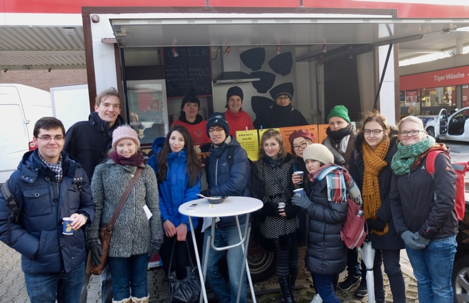 Gruppenfoto vor dem Foodtruck