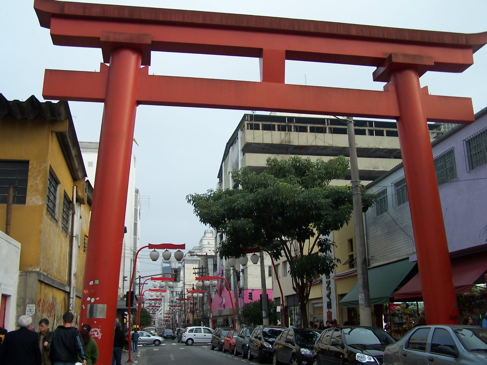 (Quelle: Wikimedia Commons https://commons.wikimedia.org/wiki/File:Torii_Liberdade.jpg)